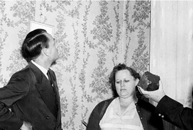 برخورد عجیب یک شهاب سنگ با پای زن جوان در خانه اش! + عکس