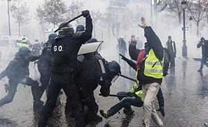 چهلوسومین شنبه اعتراضی در فرانسه/ پذیرایی پلیس با گاز اشکآور از تظاهر کنندگان +فیلم