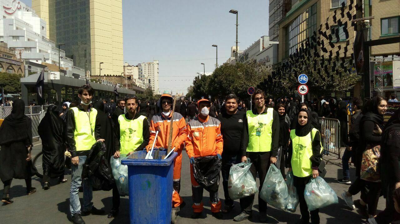 پاکبانان سبز همراه عزاداران سیاهپوش حسینی/ پویش «من یک پاکبان هستم» در مشهد + تصاویر