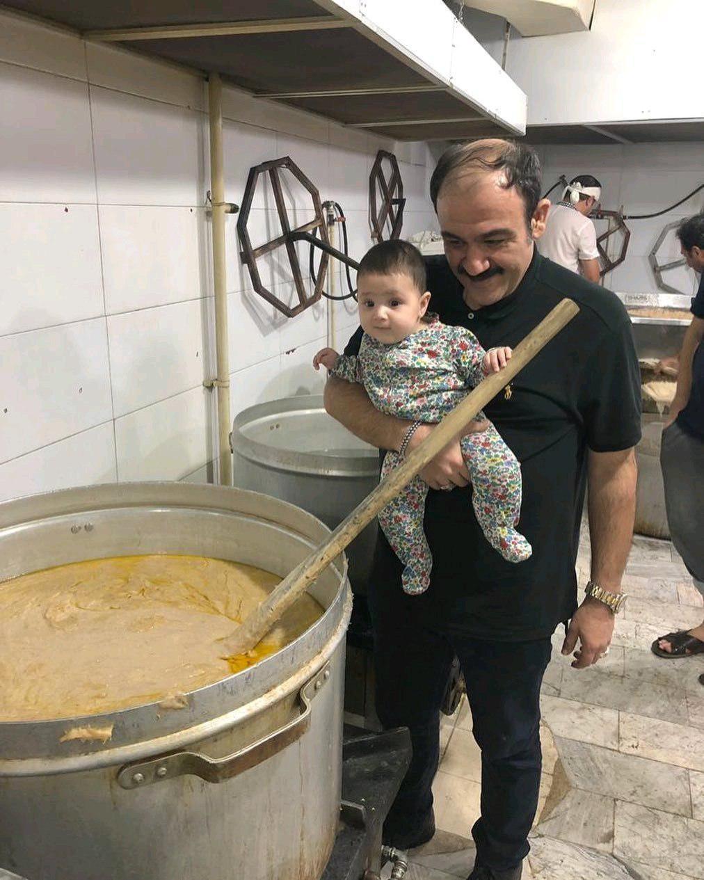 مهران غفوریان همراه دخترش در مراسم محرم +تصویر