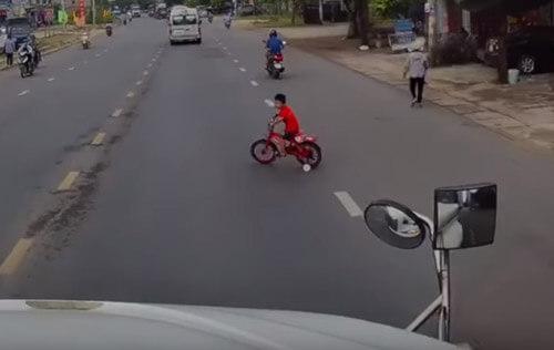 شوک وحشتناکی که پسر بچه به راننده کامیون داد+فیلم