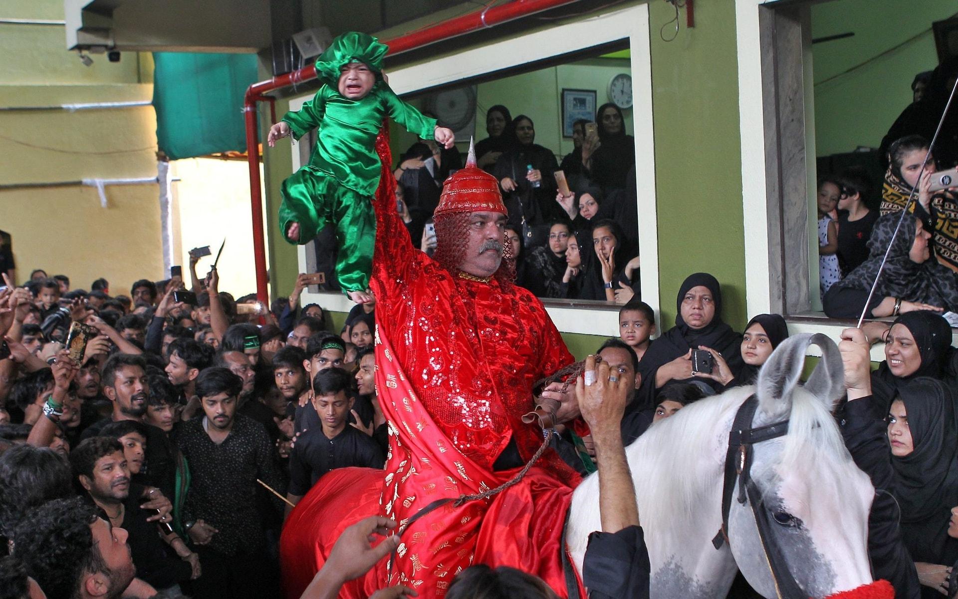 تصاویر روز: از حضور کیم جونگ اون در محل آزمایش موشک تا شتر سواری فلسطینیها در رفح