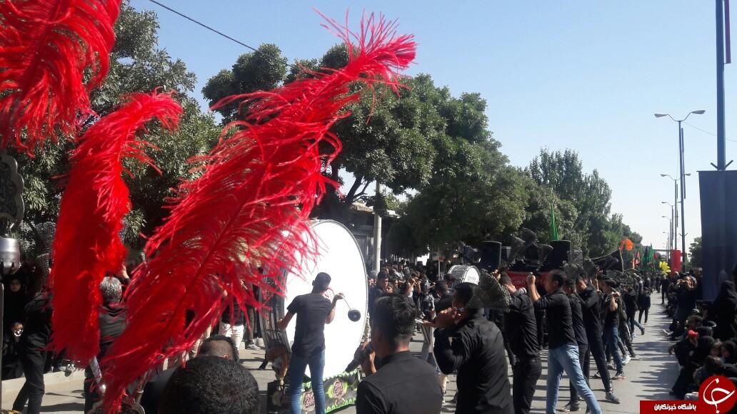 آیین روز سوم عاشورا / حرکت کاروان اسرا دشت نینوا در همدان+ عکس