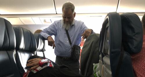 اقدام حیرت انگیز شوهر سالخورده برای خوابیدن همسرش در هواپیما+تصویر
