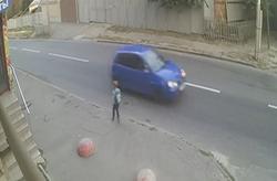 تصادف شدید پسربچه مدرسهای با یک خودرو به دلیل دویدن ناگهانی به وسط خیابان + فیلم