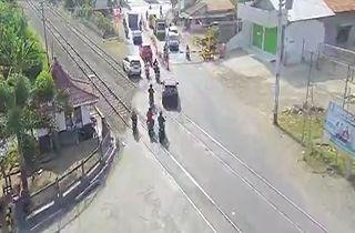 له شدن یک خودرو پس از گیر کردن بر روی ریل قطار + فیلم