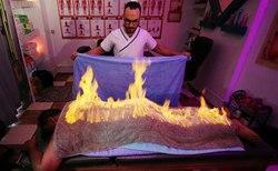ماساژ درمانی حیرتانگیز ماساژور مصری با آتش! + فیلم
