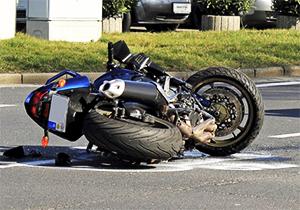تصادف وحشتناک با خودروی سواری، عاقبت رانندگی موتورسوار با سرعت بالا + فیلم