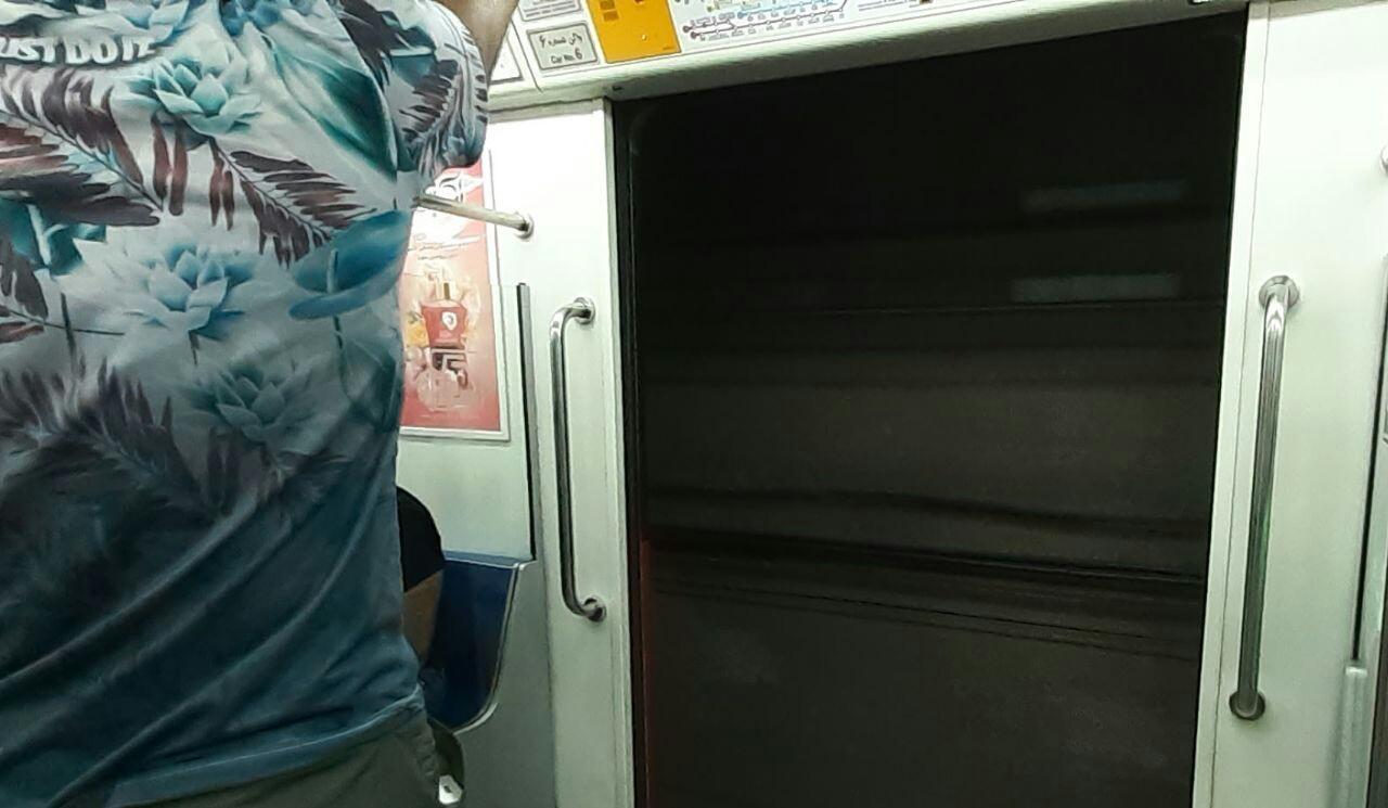 اتفاقی عجیب در متروی تهران/ حرکت قطار مترو با درب باز
