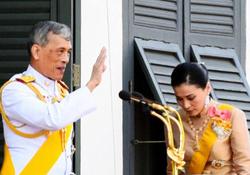 زندگی عجیب پادشاه تایلند/ از ازدواج با بادیگارد شخصی تا انتشار عکسی که سایت دربار را مسدود کرد + تصاویر