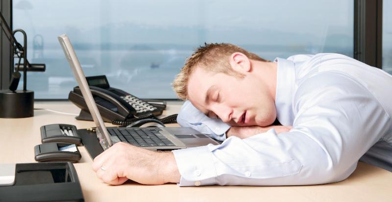۵ دلیلی که تشویق تان میکند در طول روز چرت بزنید////ثباتی