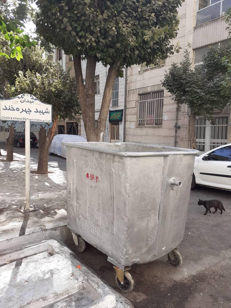 انباشت زبالههای محلی در پی سرقت مخازن زباله!