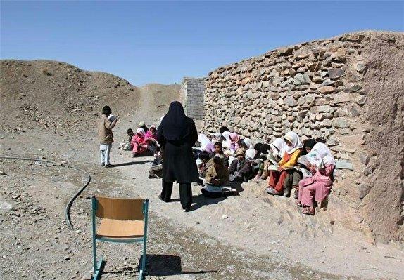 باشگاه خبرنگاران -توزیع لوازم التحریر در بین فرزندان کم بضاعت مناطق عشایری