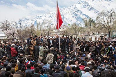 پرچم امام حسین(ع) بر دروازههای چین + فیلم