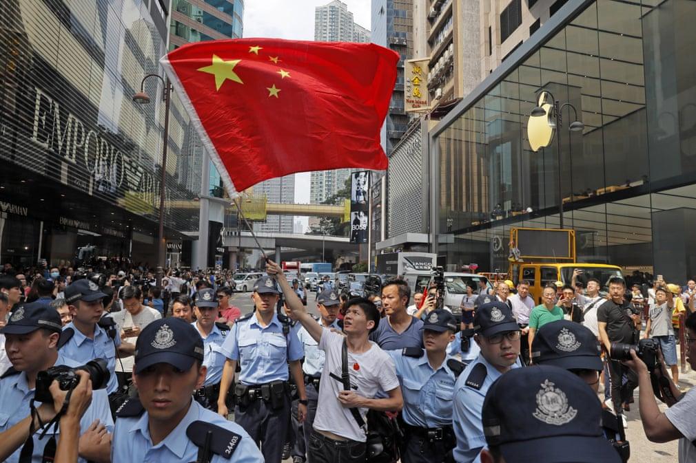 تصاویر روز: از بیرون ماندن اسکناس بیست دلاری از جیب شلوار ترامپ تا ادامه تظاهرات حامیان دولت چین در هنگ کنگ