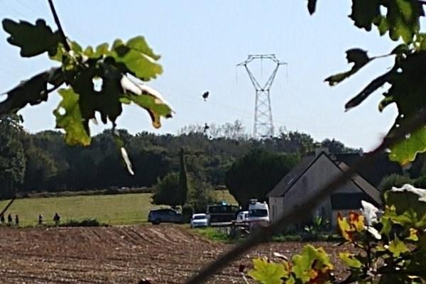 سقوط جنگنده اف-۱۶ در فرانسه و گیر افتادن خلبان در میان خطوط برق
