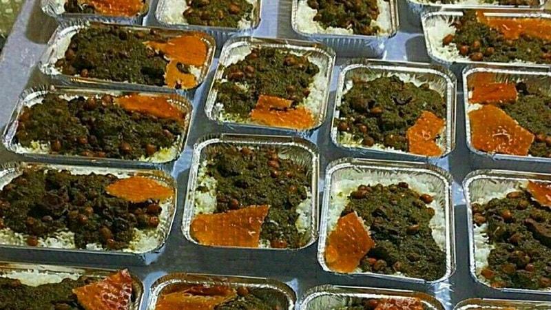 تهیه غذای نذری برای عزاداران حسینی در کاشان/ حمل عجیب بار توسط پژو 405 در اتوبان + فیلم و تصاویر