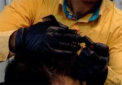 آرایشگر خیرخواهی که موی سر نیازمندان را رایگان کوتاه میکند + فیلم