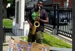 اجرای سرود معروف «ای ایران» توسط نوازنده خیابانی در بوستون +فیلم