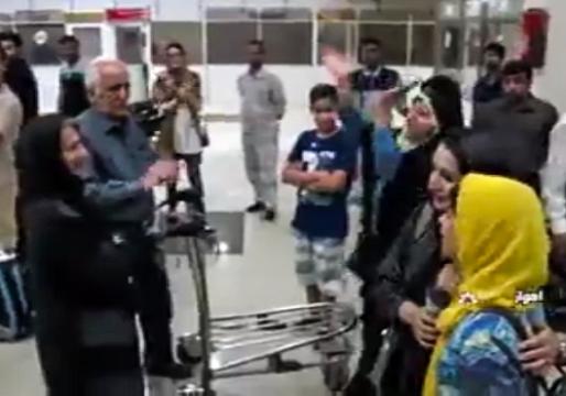 استقبال چشمگیر مردم از برنده عصر جدید در فرودگاه اهواز + فیلم