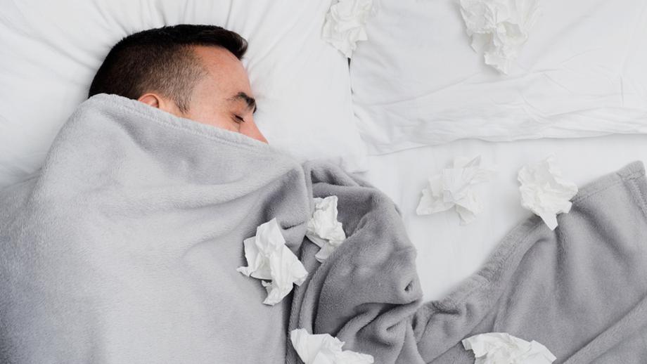 چرا وقتی سرما خوردهاید احساس خوابآلودگی و خستگی میکنید؟