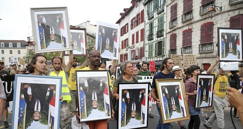 تصاویر وارونه مکرون در دست معترضان فرانسوی+ تصاویر