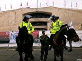 عکس یادگاری هواداران با پلیس اسبسوار پیش از آغاز شهرآورد پایتخت
