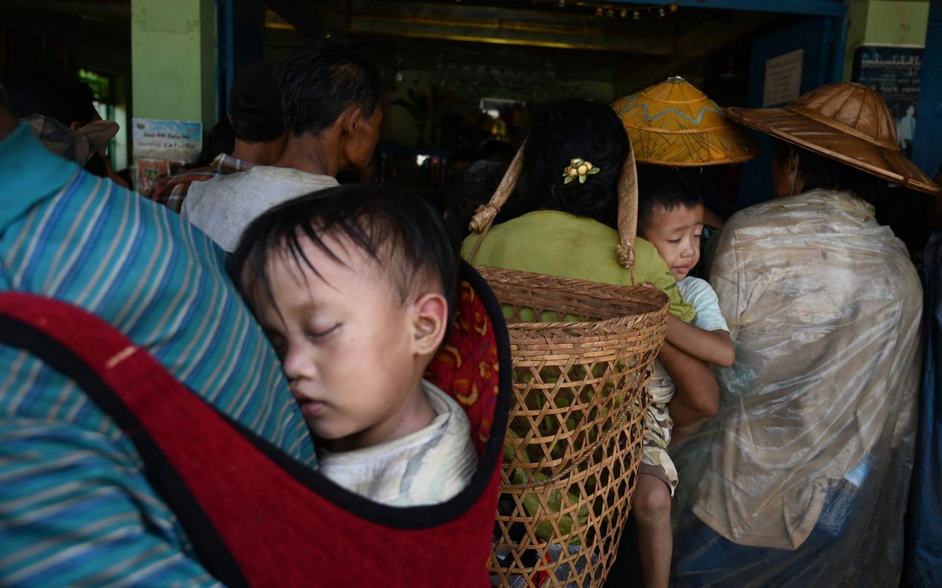 تصاویر روز: از حمل کودکان در سبد برای فرار از درگیری ها در میانمار تا