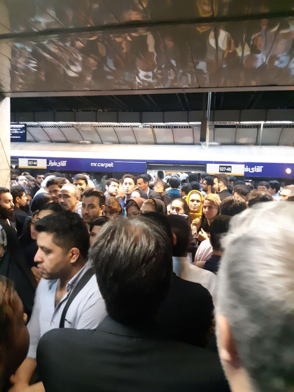 ازدحام بیش از حد مسافران در ایستگاه مترو دروازه دولت