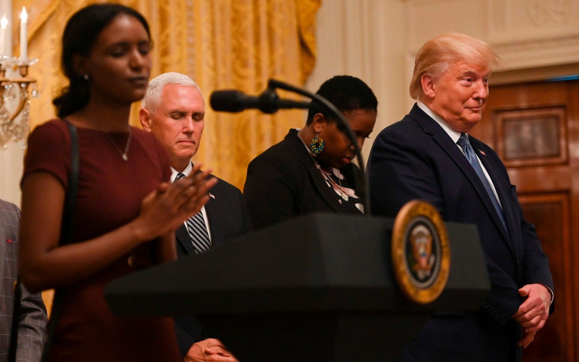 تصاویر روز: از واکنش عجیب ترامپ به دعاخواندن یک سیاهپوست تا رقابتهای کدوتنبلهای غول پیکر در کانادا