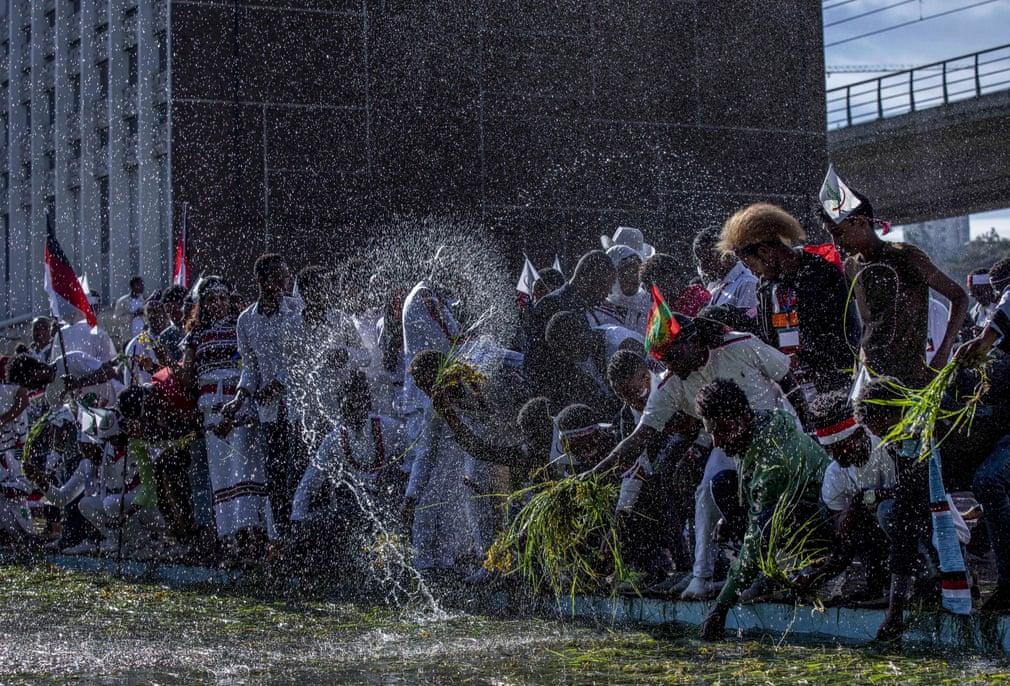 تصاویر روز: از فصل برداشت خرمای قرمز در نوار غزه تا انداختن علف در آب برای پولدارشدن در اتیوپی