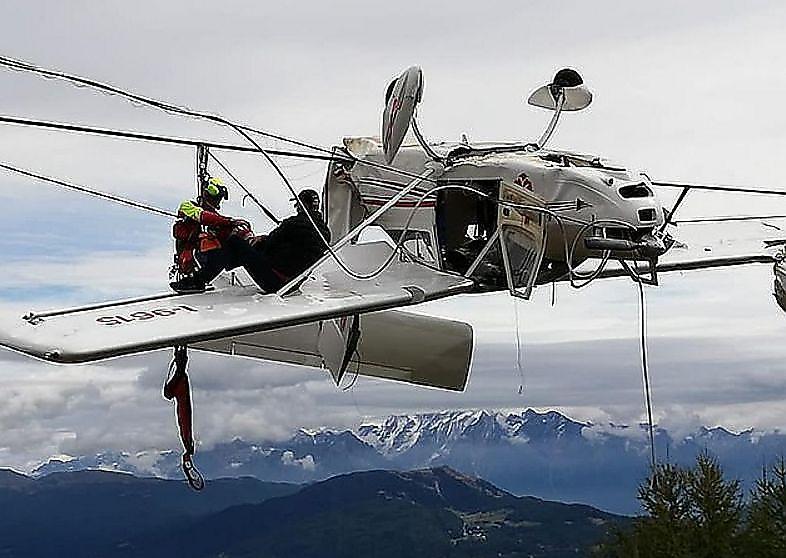 گیر افتادن عجیب هواپیما میان هوا و زمین+فیلم