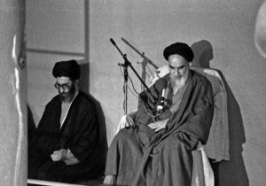 فیلمی از تنفیذ حکم اولین دوره ریاست جمهوری آیت اللّه خامنهای از سوی امام خمینی (ره)