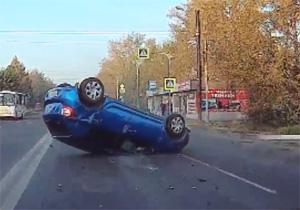 رانندهای که با ورود ناگهانی به خیابان، یک خودروی سواری را واژگون کرد + فیلم