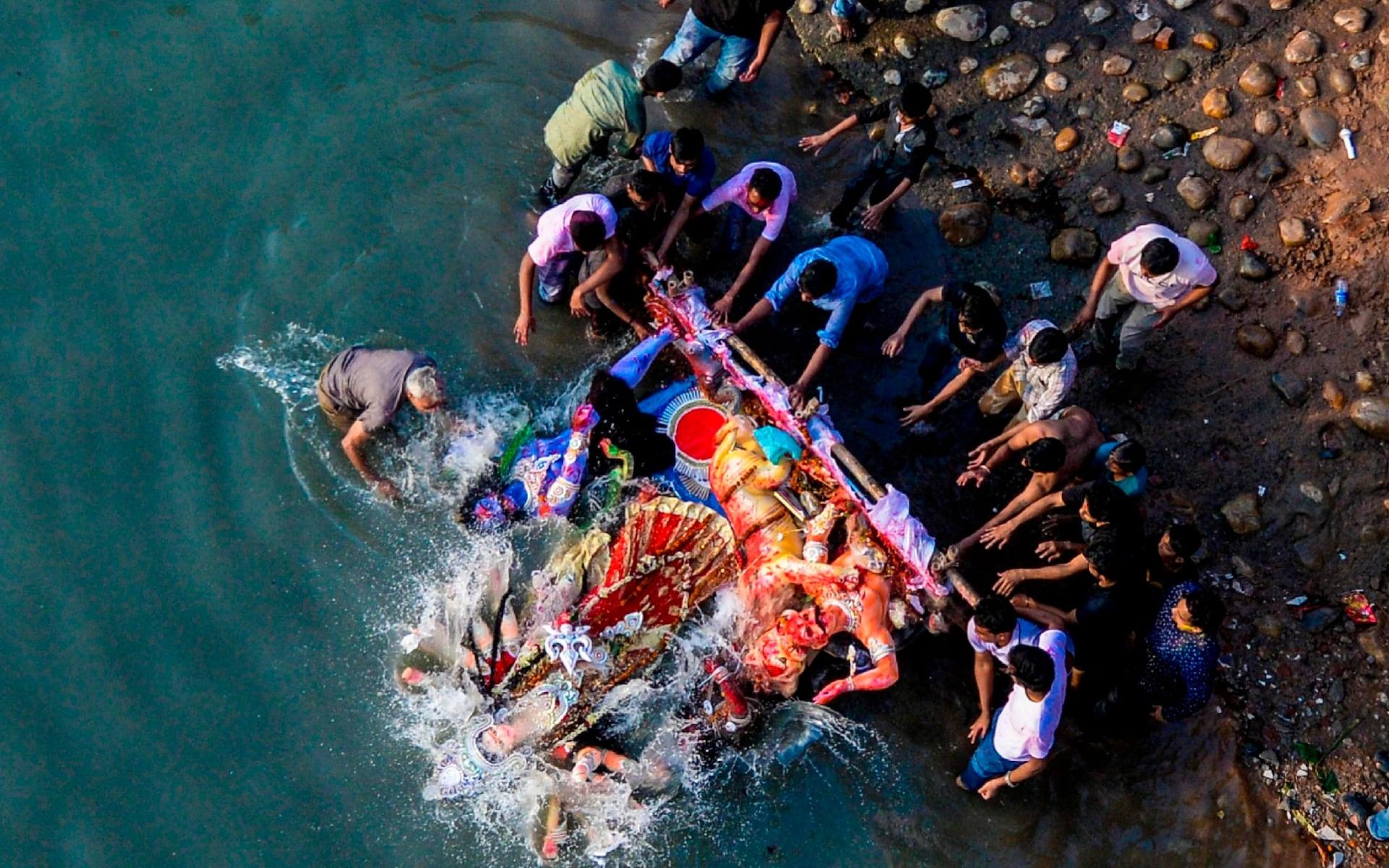 تصاویر روز: از حمل لاشه یک نهنگ کوهان دار به خارج از دریا تا روبوسی ژان کلود یونکر