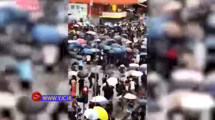 اقدام جنون آمیز راننده تاکسی در تظاهرات هنگ کنگ + فیلم