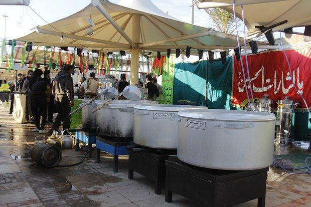 توزیع غذای گرم بین زائران در مرز مهران