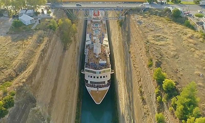 عبور شگفت انگیز کشتی غول پیکر از کانالی باریک+فیلم