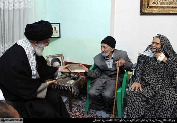 تصاویری از حضور رهبر انقلاب در منزل چهار خانوادهی شهید شهر بجنورد در سال ۹۱