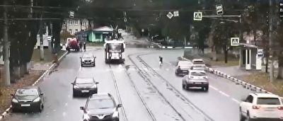 زیر گرفتن عمدی عابرپیاده برای تصادف نکردن با قطار + فیلم