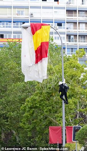 ضایع شدن چتر باز ارتش اسپانیا مقابل خانواده سلطنتی+فیلم