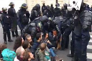 مسدود شدن خیابانهای پاریس توسط معترضان به تغییرات آب و هوایی + فیلم