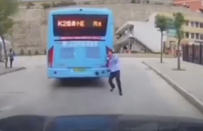 راننده زن اتوبوس کم حواسی که ترمز دستی اتوبوس را نکشید+فیلم