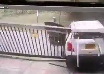 له کردن پیک موتوری حین پارک کردن توسط راننده زن + فیلم