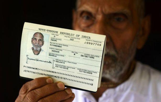 پیرترین مرد جهان کارکنان فرودگاه ابوظبی را متحیر کرد+ تصاویر