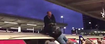 ضرب و شتم طرفداران محیط زیست در ایستگاه قطار + فیلم
