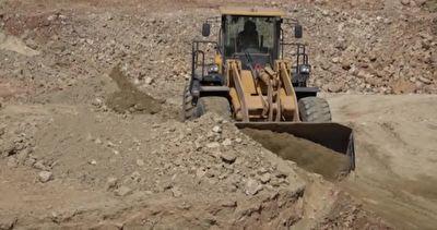 آغاز عملیات خاکبرداری در روستای مدفون شده در زیر خاک در استان کهگیلویه و بویراحمد + فیلم