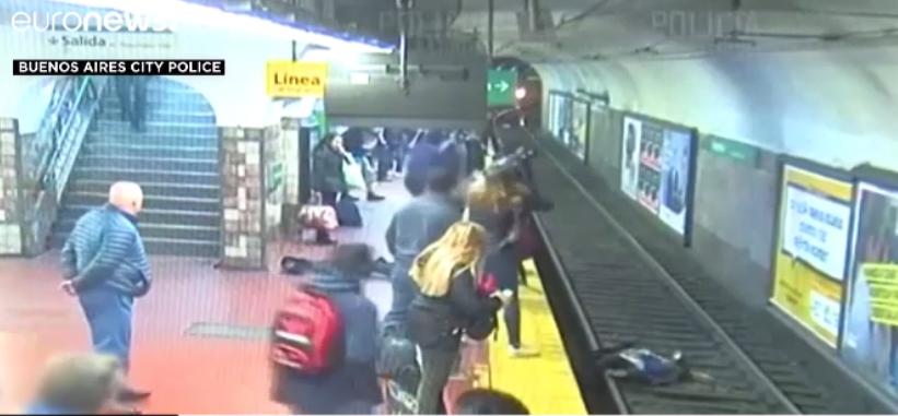تلاش دسته جمعی مسافران مترو برای نجات یک زن از مرگ حتمی+ فیلم