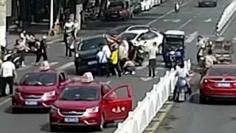 دو تصادف وحشتناک اسکوترسوار ناشی در کمتر از ۲۰ ثانیه! + فیلم///