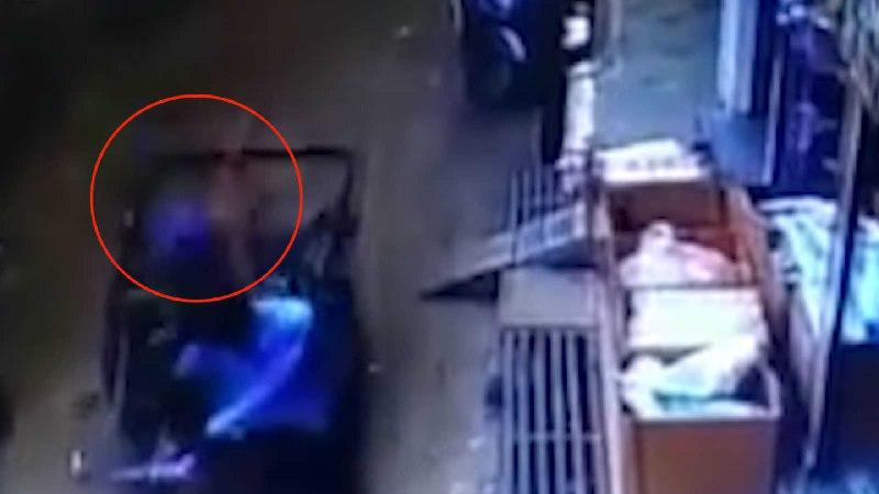 زنده ماندن باورنکردنی کودک پس از سقوط از بالکن! + فیلم